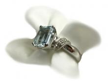 Anello in oro 750/1000 bianco con acquamarina e diamanti